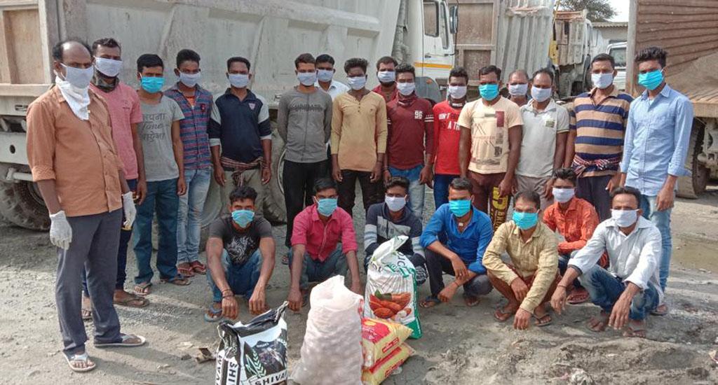 ओडिशा में स्वयंसेवक सुनिश्चित करते हैं, कि फंसे हुए प्रवासियों ..
