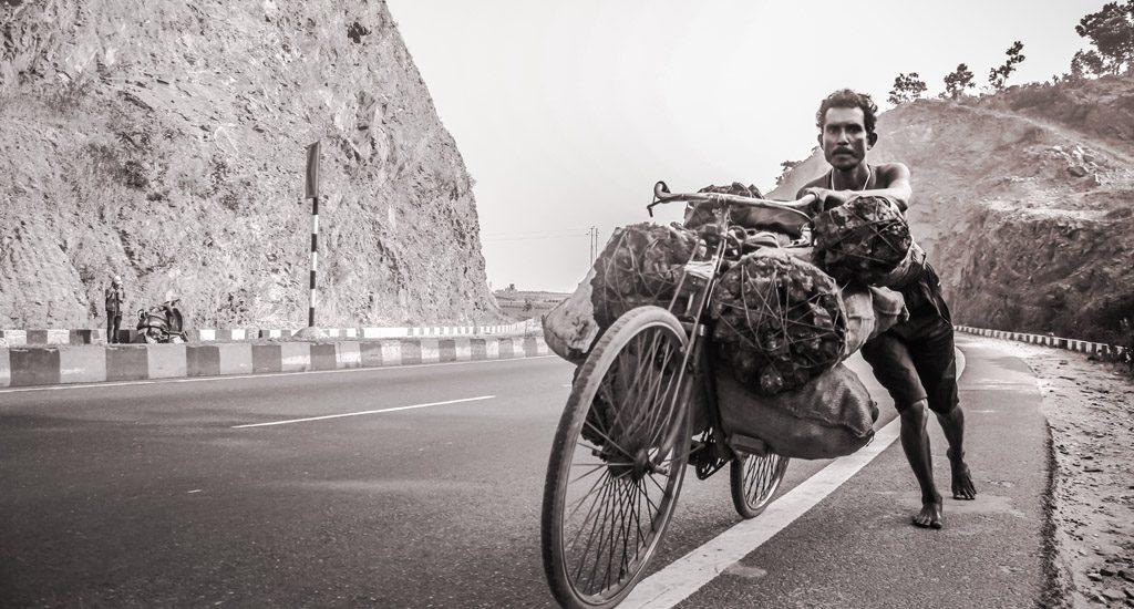 साईकिल पर अस्तित्व का बोझ