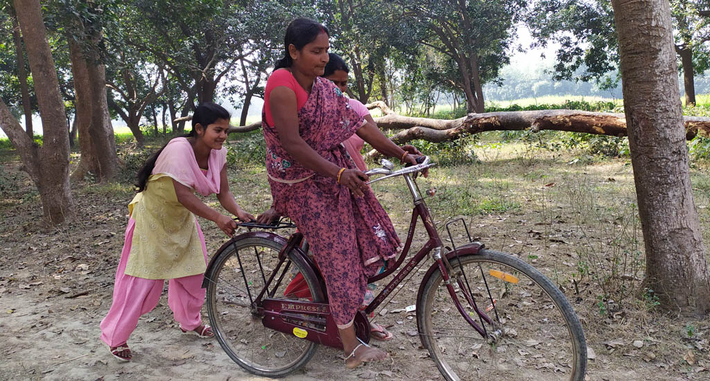 आवागमन को बेहतर बनाने के लिए, महिला स्वास्थ्य कार्यकर्ताओं ने अपनाई साइकिल