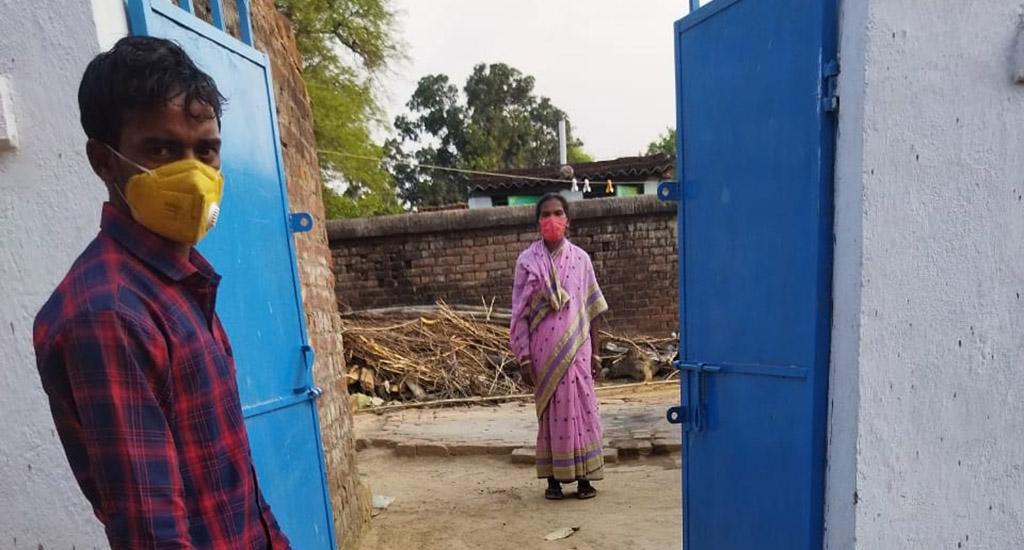 दूरदराज के गाँवों में स्वयंसेवक, मरीजों की गिनती करते हुए, दवाइयां पहुंचाते हैं