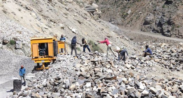 Migrant workers in the mountains of Himachal Pradesh face a high risk from landslides and rock falls. (Photo by Abhijit Mohanty)
