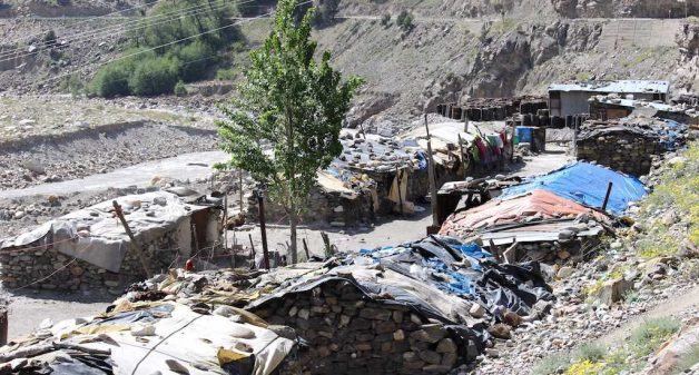 Migrant workers live in unhygienic shanties at Rekong Peo in Himachal Pradesh. (Photo by Abhijit Mohanty)