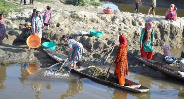 Women washing water chestnuts at the shore of Wular lake in Saderkote after a day-long collection. (Photo by Athar Parvaiz)