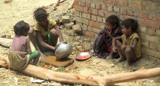 Malnourished Musahar children at Keoripur village in Varanasi district. Photo credit: Tarun Kanti Bose