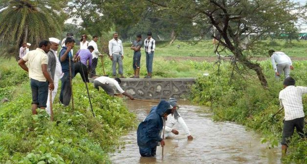 Villagers cleaning the Musalgoan canal in Sinnar (Photo by Yuva Mitra)
