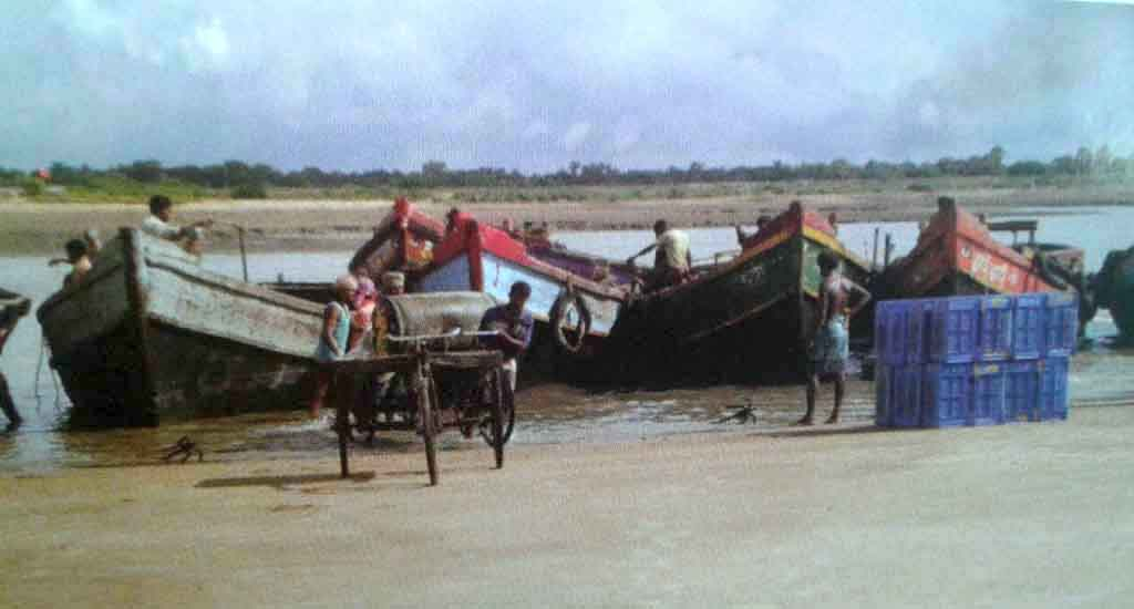 Mechanized boats at a landing center. These boats pose a threat to the livelihoods of riverine fishermen (Photo by Dhruba Das Gupta)