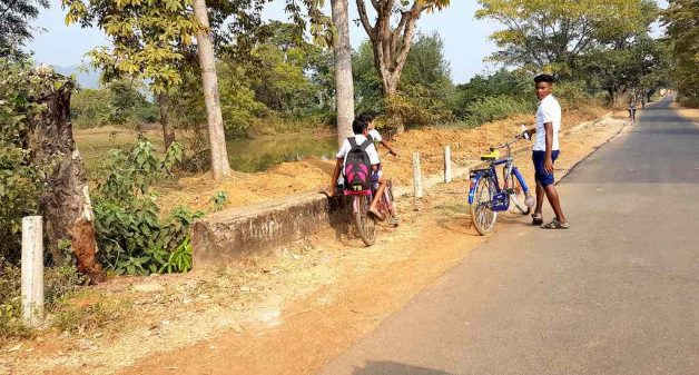 School children on their way to a makeshift path near Sasdapal across Burhabalang River (Photo by Manish Kumar)