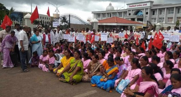ASHA workers demanding better pay and also that the government should address their concerns outside the Sangli collectorate office (Photo by PARI)
