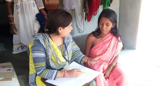 Health assistant Deepika Hota counseling Jeerabai Bhunjia about health risk and childcare after delivery (Photo by Rakhi Ghosh)
